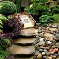 Садовая тропинка из больших плоских камней