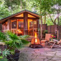 Садовый камин в зоне отдыха