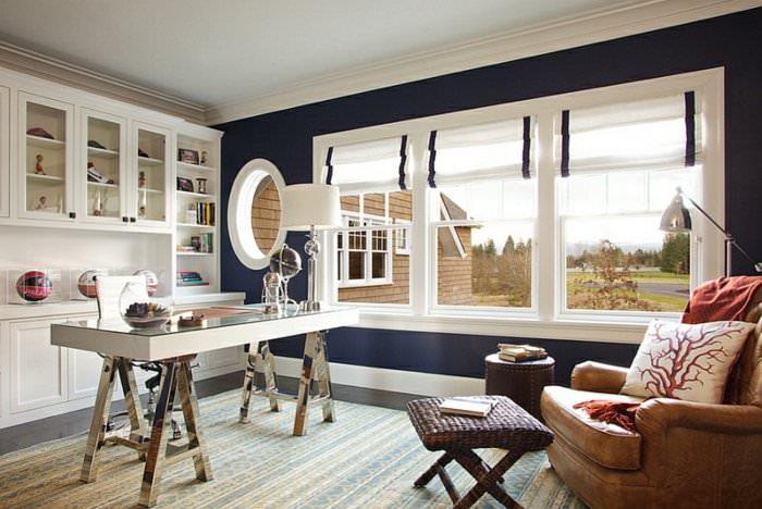 Черно-белые римские шторы на окне в гостиной