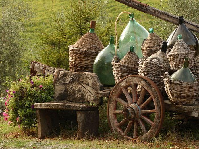 Стеклянные бутыли в качестве садовой скульптуры