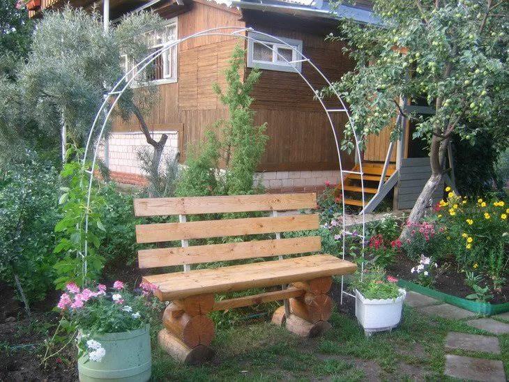 Самодельная садовая лавка и легкая пергола