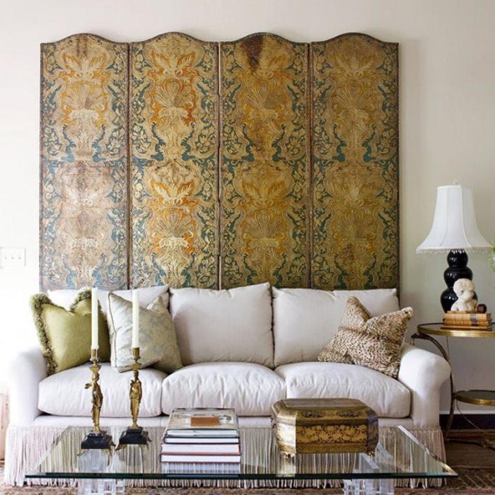 Декоративная ширма за диваном в гостиной