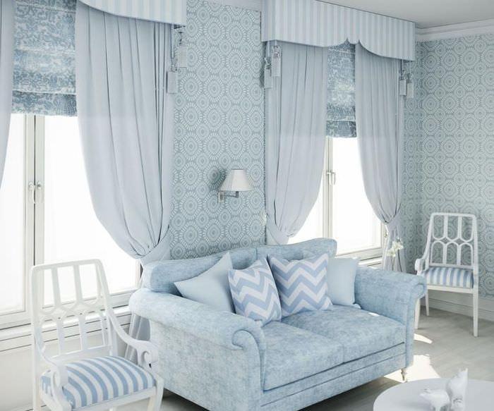 Светлые шторы в английском стиле на окнах в гостиной