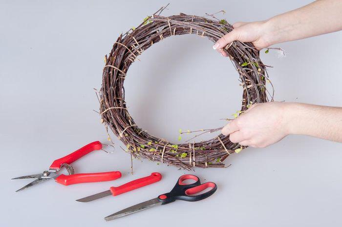 Изготовление своими руками пасхального венка из веток