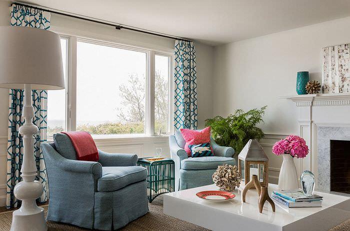 Гостиная с широким окном и прямыми шторами