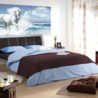 Спальне в серых и голубых тонах с фотообоями на стене