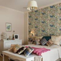 Цветочные орнаменты на фотообоях в спальне