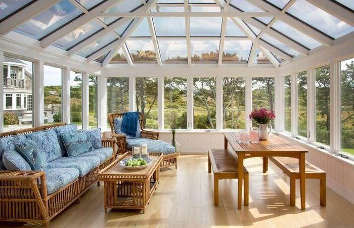 Закрытая веранда дачного дома со стеклянной крышей