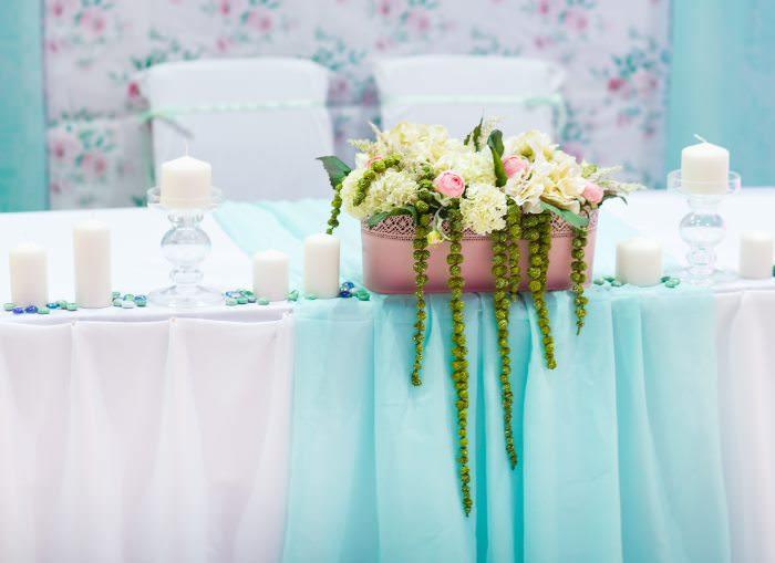 Разноцветная фатиновая юбка в отделке свадебного стола