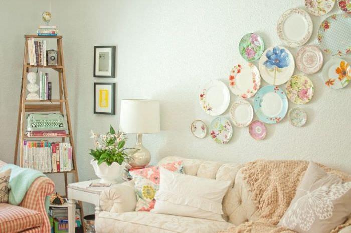 Декорирование стены над диваном в гостиной тарелками