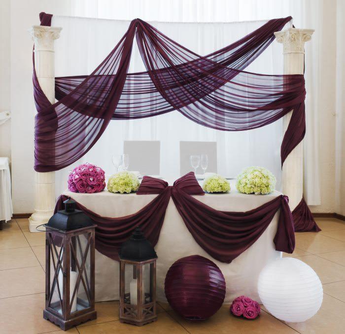 Оформление тканью свадебного стола молодоженов