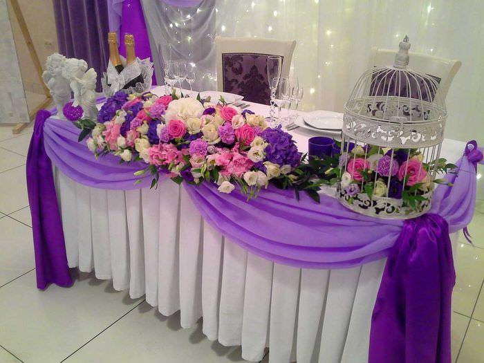 Украшение свадебного стола цветочной композицией