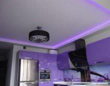 вариант яркого дизайна потолка на кухне фото