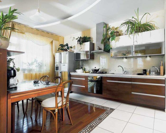 пример необычного декора окна на кухне