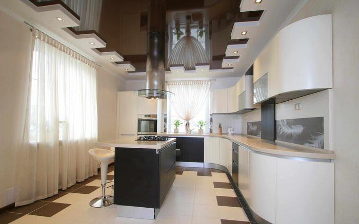 вариант необычного дизайна потолка кухни