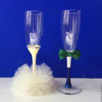вариант необычного украшения стиля свадебных бокалов фото