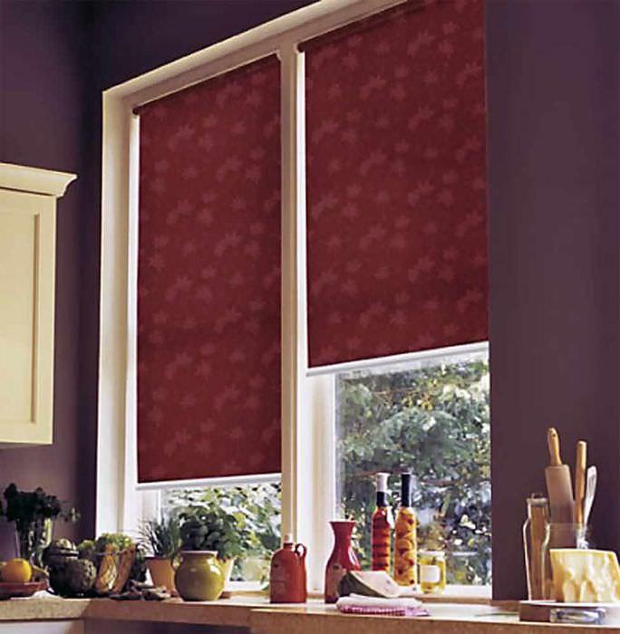идея светлого стиля окна на кухне