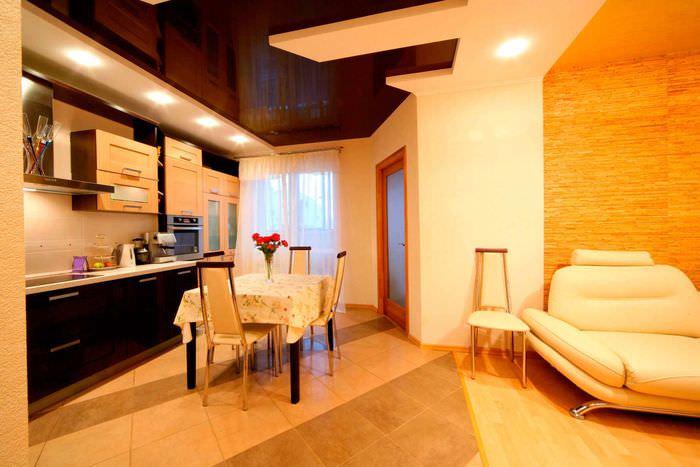 пример красивого интерьера потолка на кухне