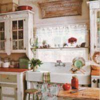 пример необычного дизайна окна на кухне фото