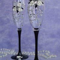 пример яркого оформления декора свадебных бокалов картинка