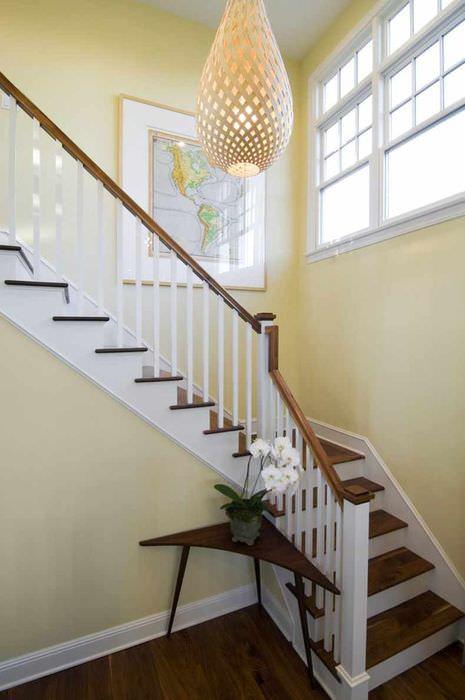 пример яркого интерьера лестницы в честном доме