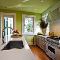 пример яркого дизайна потолка на кухне фото