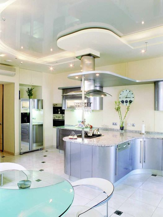 пример светлого интерьера потолка на кухне