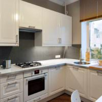 идея светлого декора окна на кухне картинка