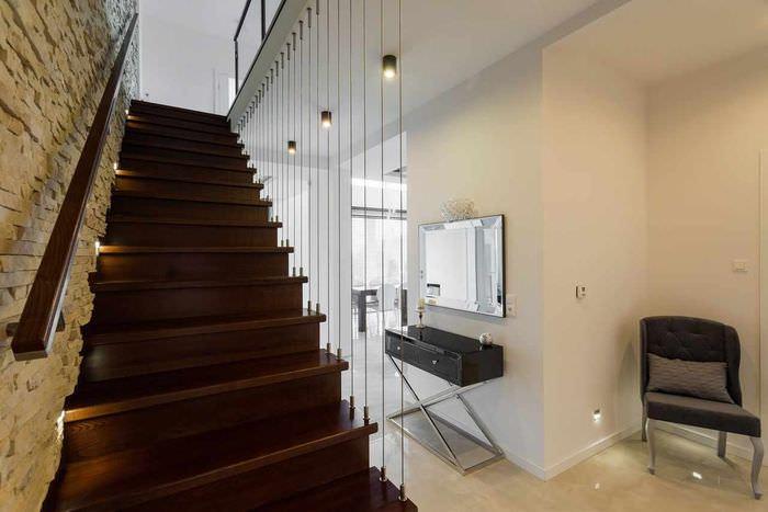 пример светлого интерьера лестницы