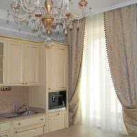 пример необычного стиля окна на кухне фото