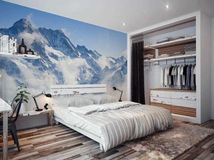 вариант необычного оформления дизайна стен в спальне
