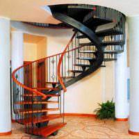 вариант красивого интерьера лестницы в честном доме фото