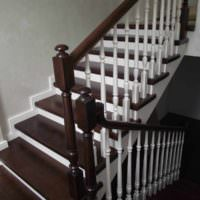 пример яркого интерьера лестницы в честном доме фото