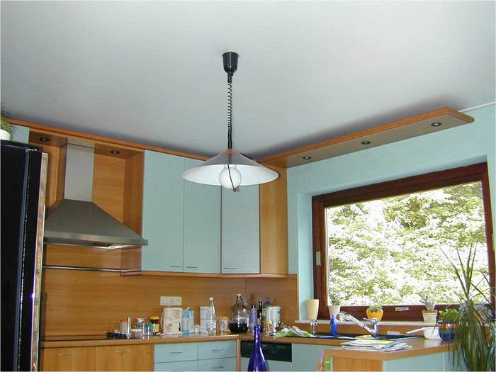 пример необычного интерьера потолка кухни