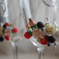 пример яркого украшения стиля свадебных бокалов картинка