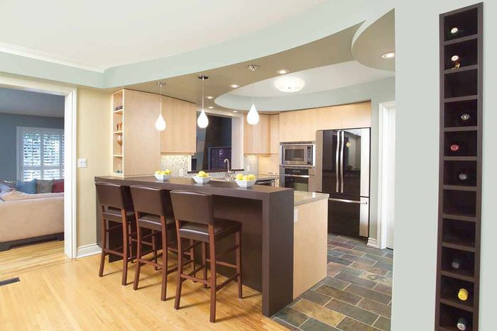 вариант необычного стиля потолка на кухне