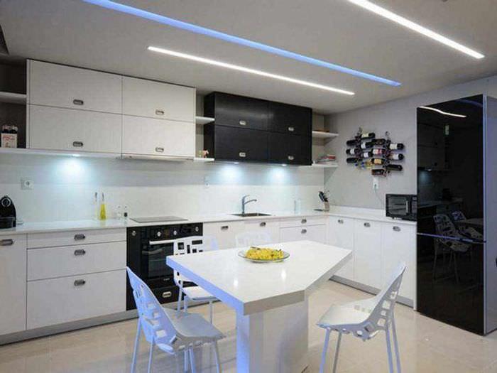 пример красивого дизайна потолка кухни