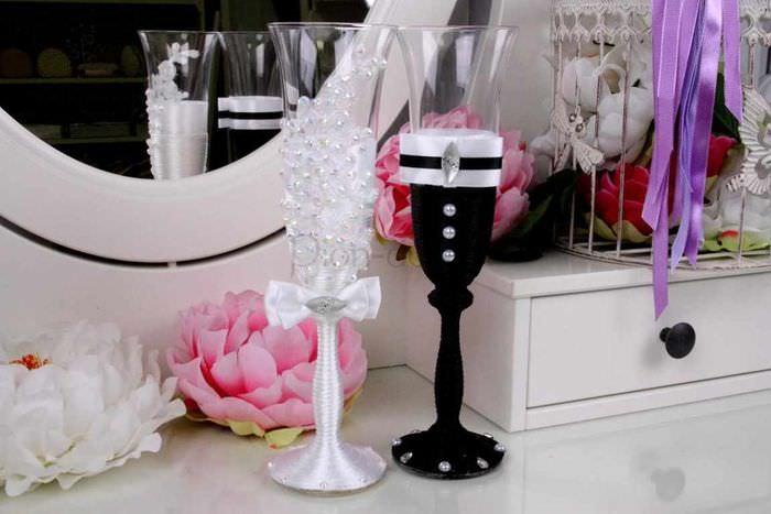 вариант яркого оформления стиля свадебных бокалов