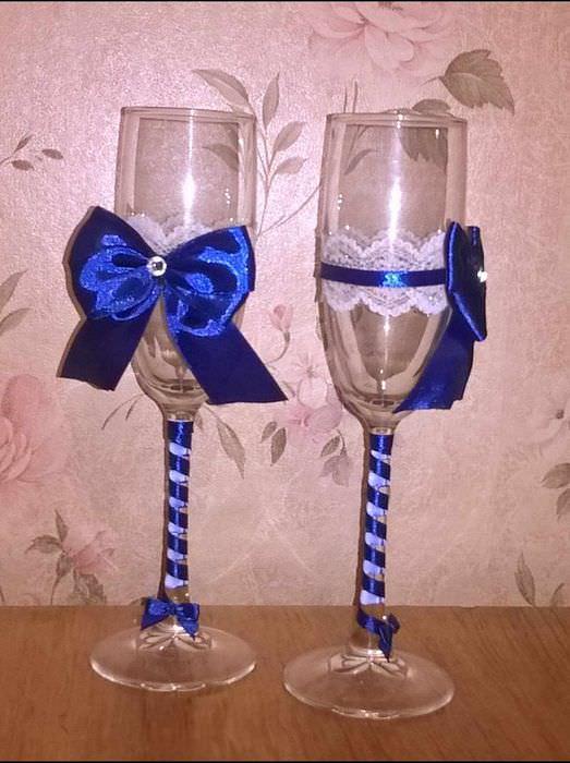 пример красивого украшения декора свадебных бокалов