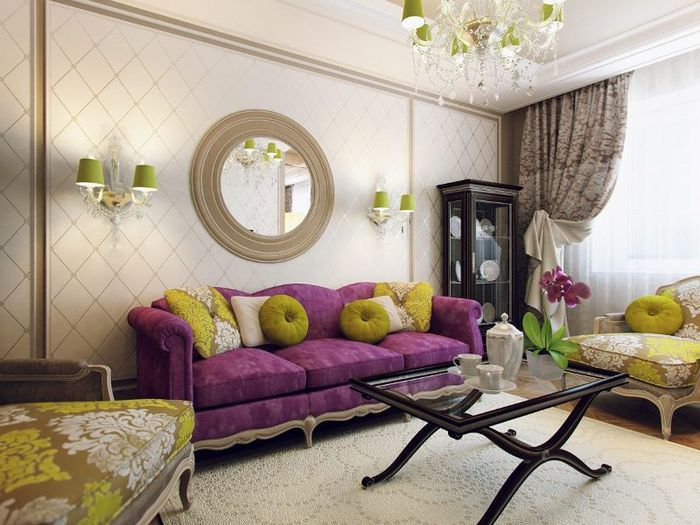 Декорирование стены над диваном с помощью зеркала