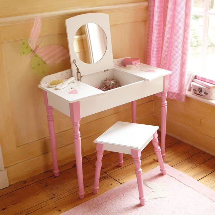 Столик с зеркалом в оформлении детской комнаты девочки