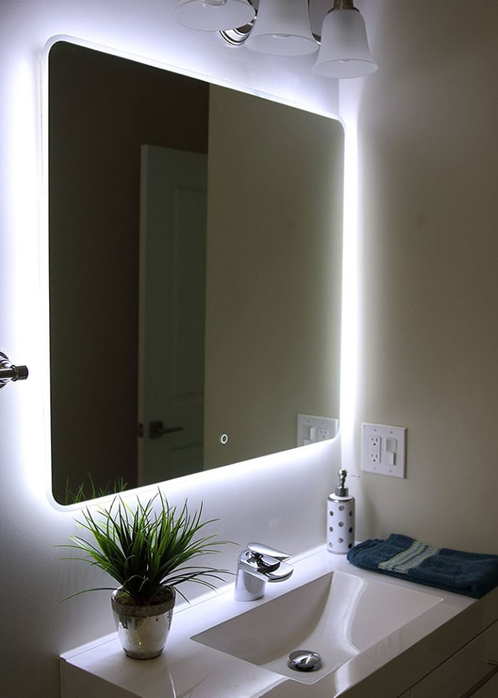Зеркало с подсветкой в дизайне совмещенного санузла