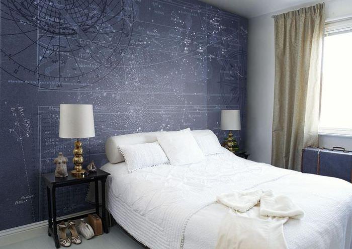 Синие фотообои с картой галактики над белой кроватью
