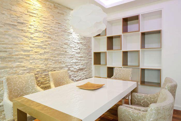 Отделка стены на кухне искусственным камнем