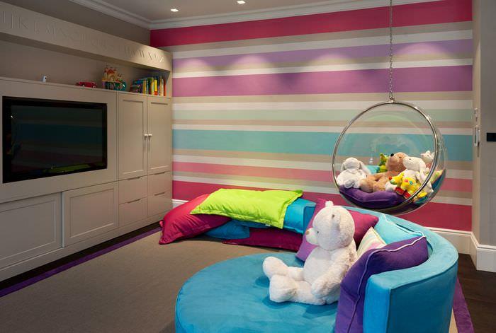 Разноцветные полосы на обоях в детской комнате