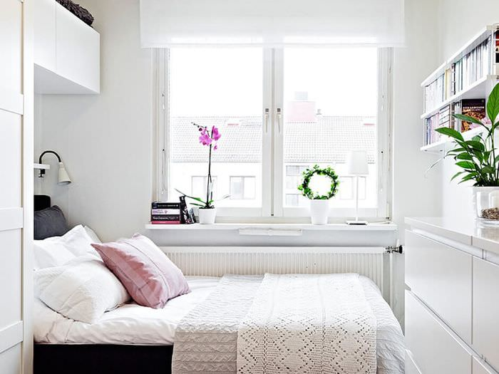 Интерьер маленькой спальни в белых тонах своими руками