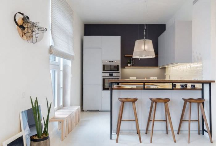 Белая кухня с темной стеной