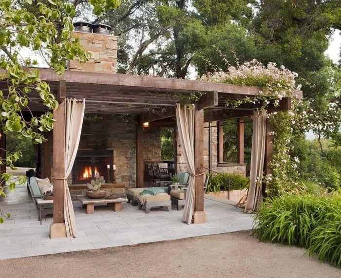 Беседка с камином в дизайне загородного сада