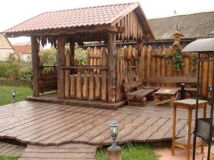 Деревянная беседка в стиле кантри с площадкой из досок лиственницы