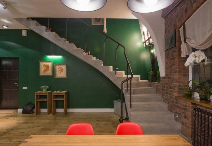 Бетонная лестница в интерьере дома в индустриальном стиле